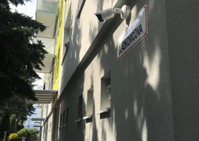 Kamera typu BULLET na rohu budovy