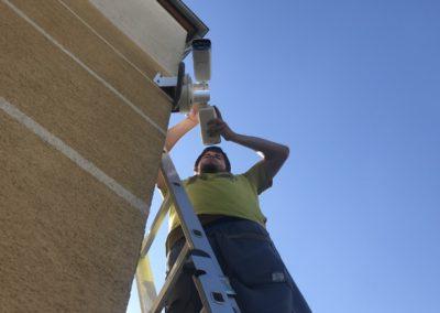 Montáž kamier na roh budovy
