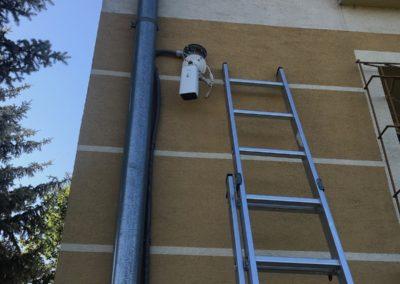 Montáž kamery na roh budovy
