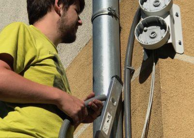 Montáž rohovej konzoly na roh budovy